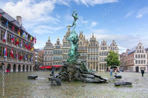 In de dag Antwerpen Brabo fountain on market square, center of Antwerp, Belgium