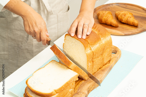 Fotografie, Obraz  食パンを切る手元