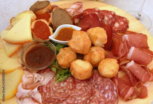 Deurstickers Voorgerecht Leckeres toskanisches Vorspeisenbrett mit Schinken, Käse, Salami, Saucen und Coccoli