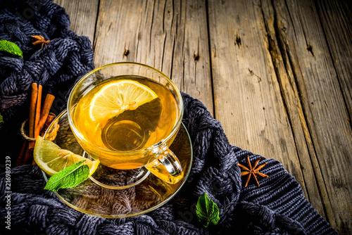 flizanka-herbaty-z-cytryna-na-drewnianym-stole