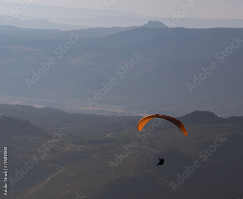 Foto op Canvas Luchtsport Paragliding in Serra do Larouco, Montalegre, Portugal.