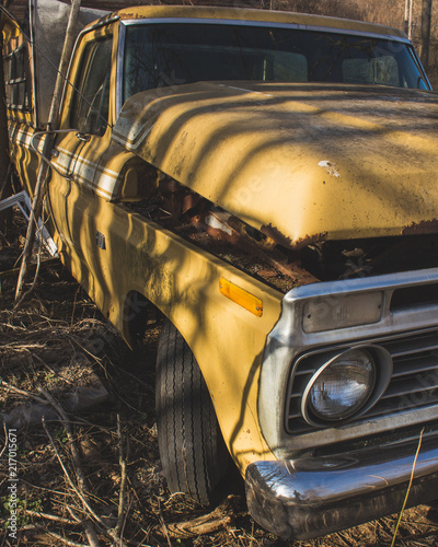 Staande foto Fiets Old Yellow Pickup