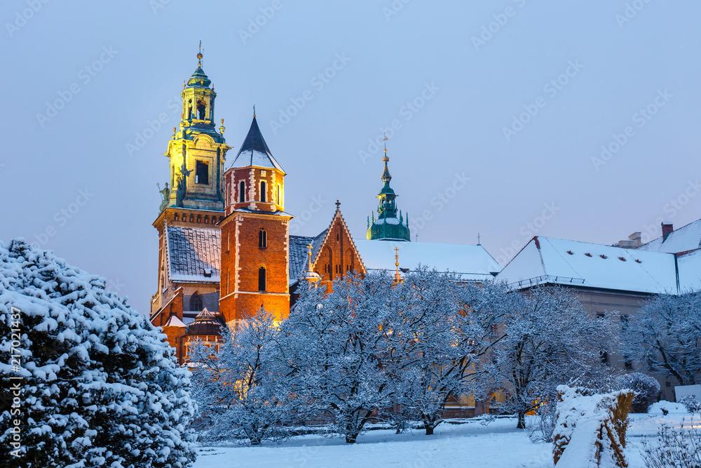 Wawel Castle w Krakowie o zmierzchu. Kraków jest jednym z najbardziej znanych zabytków w Polsce <span>plik: #217021437 | autor: dziewul</span>