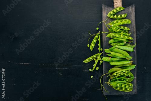 Fotografía  Green peas on a wooden background