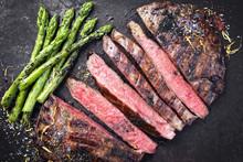 Barbecue Dry Aged Wagyu Flank Steak Aufgeschnitten Mit Grünen Spargel Als Draufsicht Auf Altem Rostigen Board