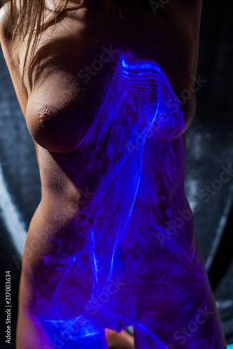 Fototapety, obrazy: The body of a naked girl with shadows in the form of flowers and the rays of a laser