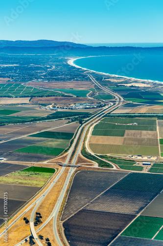 Photo  Farmland and Freeway 101 in California