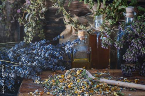 Kräuterhexenküche: getrocknete Kräuter, Heilpflanzen und Blüten
