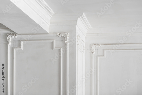 Carta da parati unfinished plaster molding on the ceiling and columns