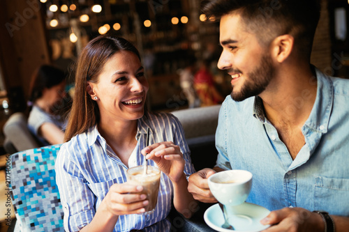 Photo  Young attractive couple on date in coffee shop