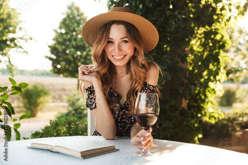 Fotografia  Pretty young woman drinking wine.
