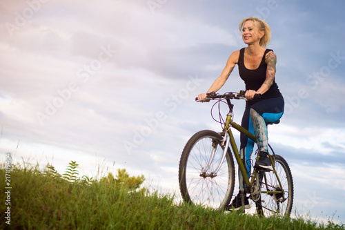 Photo  woman on bycicle