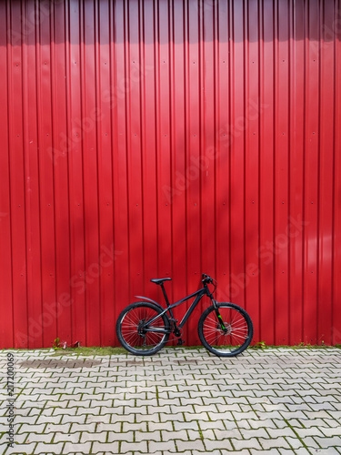 Keuken foto achterwand Rood traf. MTB bicycle on the trail in the summer season