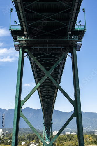 Платно lions gate bridge view from below at stanley park on a sunny summer day