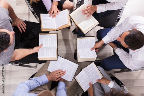 People Sitting In A Circle Reading Bible Fototapet