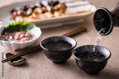 日本酒を注ぐ