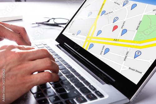 Fotografía  Person Using Gps Map On Laptop