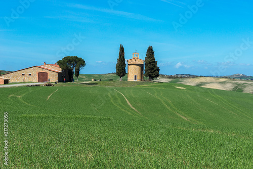 Foto op Aluminium Blauw Tuscany landscape with the little chapel of Madonna di Vitaleta, San Quirico d'Orcia, Italy