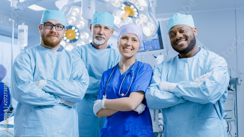 Fotomural  Diverse Team of Professional surgeon,  Assistants and Nurses Standing Proudly with Crossed Arms in the Real Modern Hospital with Authentic Equipment