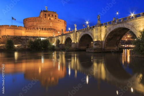Photo  Castel Santangelo in Rome reflected on the Tiber River at sunset