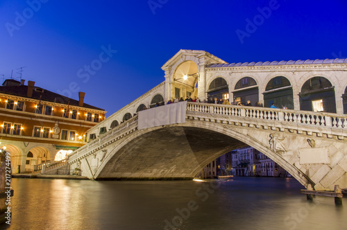 Fotobehang Centraal Europa Venice at night. Rialto bridge