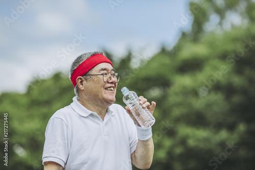 Valokuva  水分補給をするシニア男性