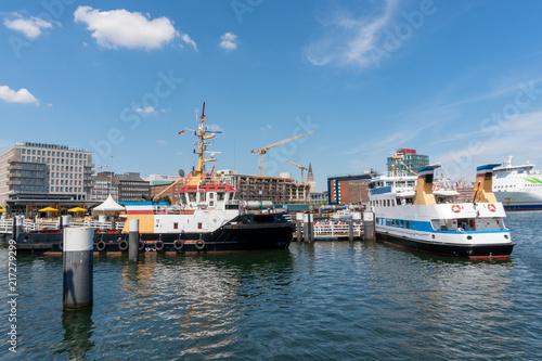 Fotobehang Poort Schiffe der Fördeschiffahrt am Bahnhofskai