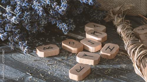 Futhark: Runensteine aus Holz und Räucherkräuter