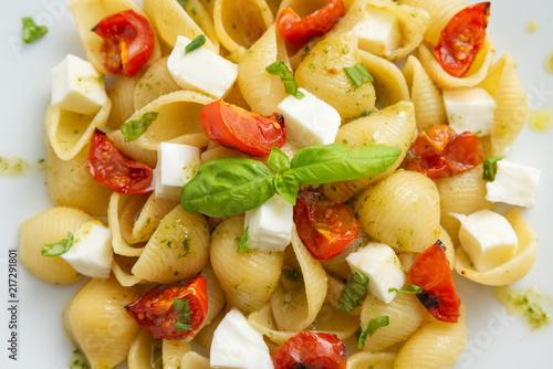 Fotomural Pasta alla caprese, italian pasta with mozzarella, tomatoes and frtesh basil