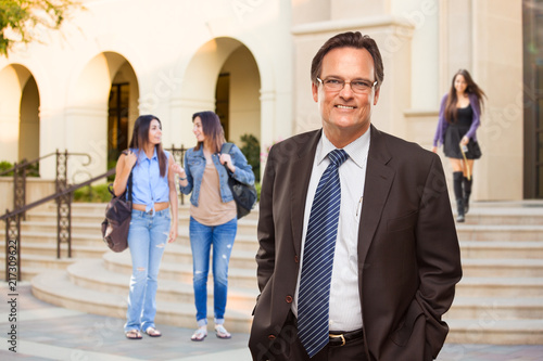 Papel de parede Male Adult Administrator In Suit and Tie Walking on Campus