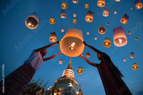 people release floating lanterns ballon to blue sky for make a wish for the futu Tableau sur Toile
