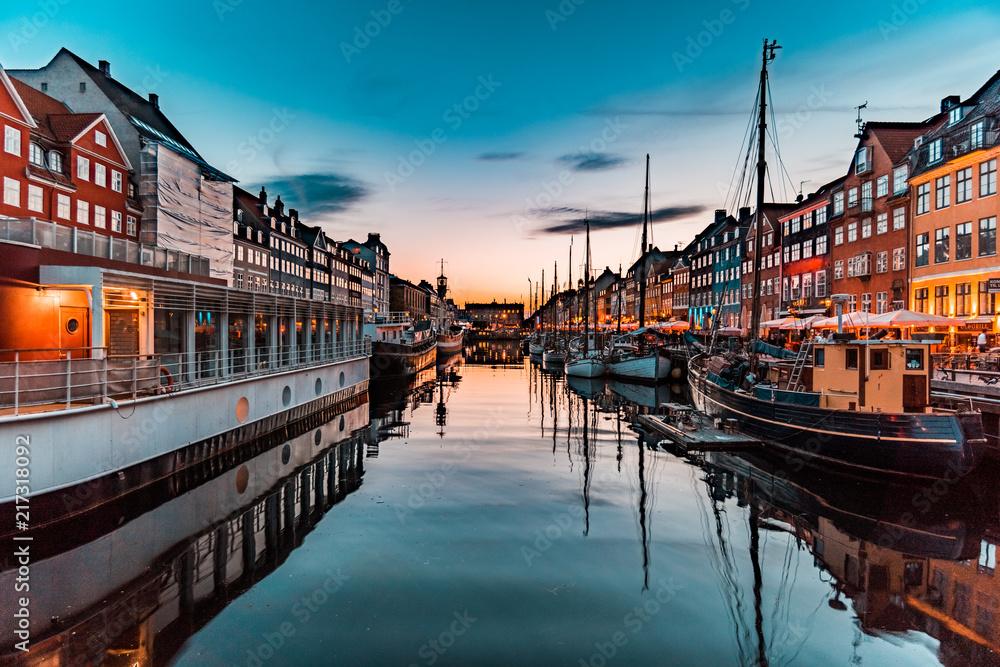 Fényképezés  Nyhavn at golden hour (Copenhagen, Denmark)