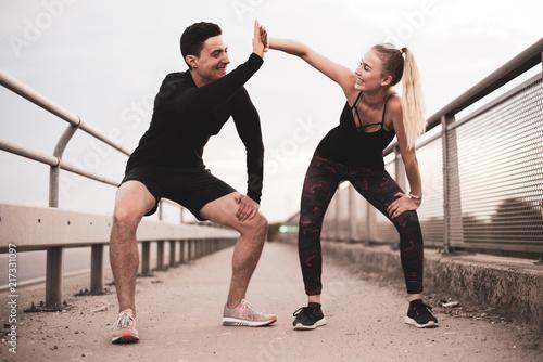 Obraz Freude am Sport, Mann und Frau haben Spaß beim Trainieren  - fototapety do salonu