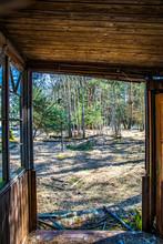 Blick Aus Verlassenem Haus In Wald