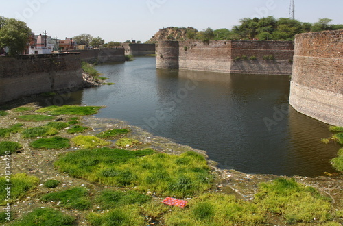 Deurstickers Vestingwerk Bharatpur Fort and dirty moat in Rajasthan, India