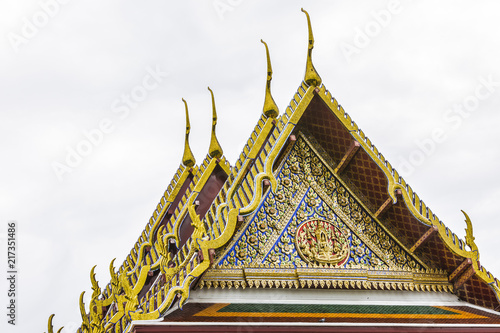 Foto op Plexiglas Bedehuis Roof style of thai temple, Detail of ornately decorated temple roof in bangkok, Thailand, Thai monastery, religious community in Thailand