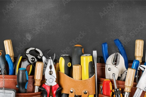 Fotografía  Tool belt with tools on wooden background