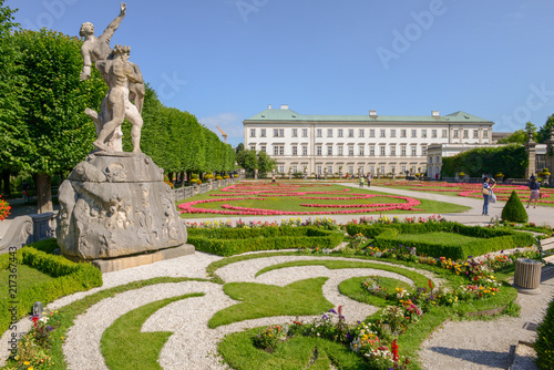 Foto  Flowers bloom at the Mirabell Palace Garden in Salzburg, Austria