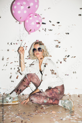 Fotografía  Pretty girl in sunglasses dreamily looking in camera with pink balloons in hand