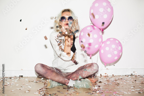 Fotomural  Pretty girl in sunglasses with pink balloons happily sending air kiss on camera