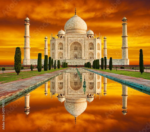Foto auf AluDibond Ziegel Amazing view on the Taj Mahal in sunset with dramatic sky. The Taj Mahal is an white marble mausoleum on the south bank of the Yamuna river. Agra, Uttar Pradesh, India