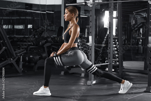 Photo Fitness woman doing lunges exercises for leg muscle workout training in gym