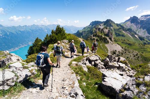 Wandergruppe im Berner Oberland, Gebirgskamm mit Aussicht auf den Brienzersee, S Fototapeta