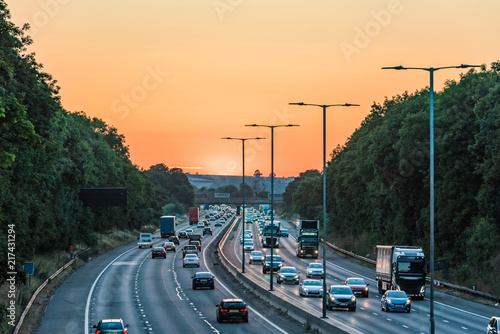 Photo Sunset view of busy UK Motorway traffic in England