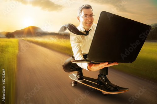 Fényképezés  Geschäftsmann mit Laptop auf Skateboard