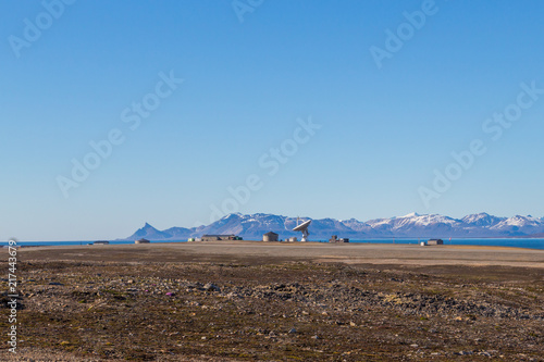 Deurstickers Poolcirkel satellite dish in Ny Alesund, Svalbard, Spitsbergen, blue sky, mountains