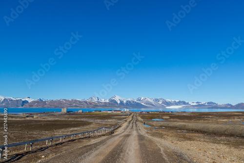 Foto op Aluminium Poolcirkel street to Ny Alesund town, Svalbard, Spitsbergen, blue sky