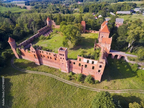 Cuadros en Lienzo  Aerial view of ruins of medieval teutonic knights castle in Szymbark, Poland (fo