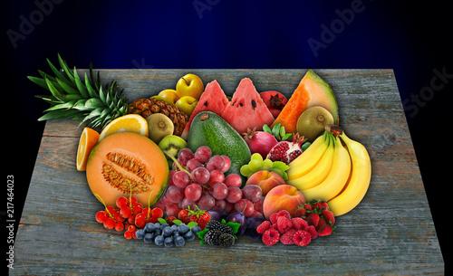 Fotografia Diferentes frutas sobre uma mesa de madeira