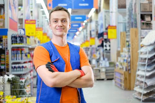 Fotomural  salesman at construction super store
